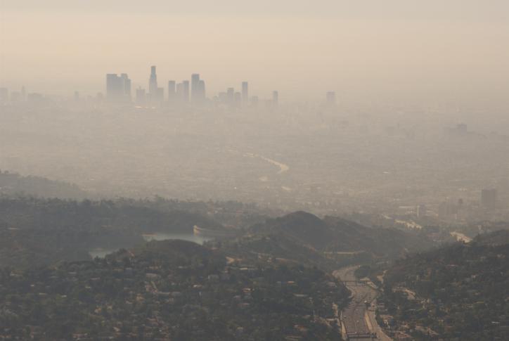 El smog, o niebla tóxica es el tipo de contaminación del aire más conocido generado principalmente por el humo producido en fábricas y los gases emitidos por los vehículos que funcionan con combustibles fósiles.