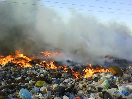 La depositación de basuras a cielo abierto afecta considerablemente la atmósfera por los gases que se emiten en los mismos.